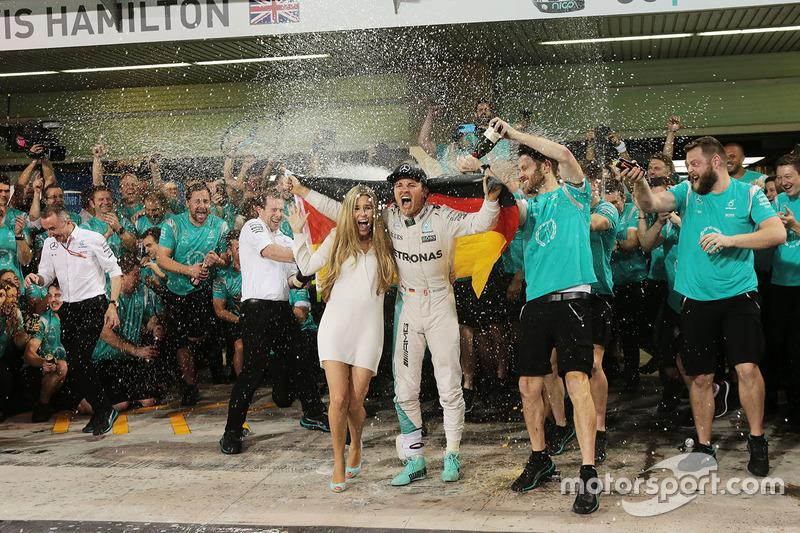 Nico Rosberg, Mercedes AMG F1 festeggia il suo Titolo Mondiale con la moglie Vivian Rosberg e il team
