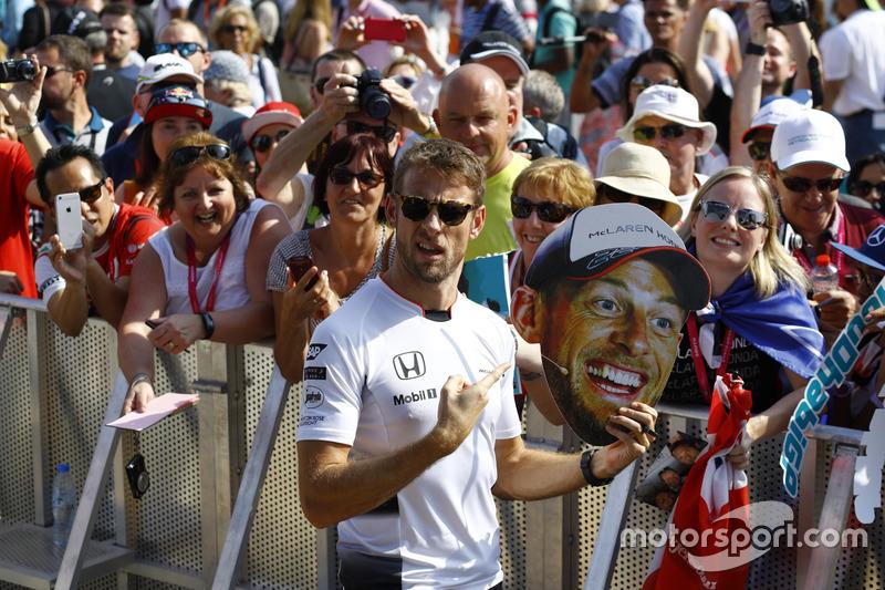 Jenson Button, McLaren avec des fans