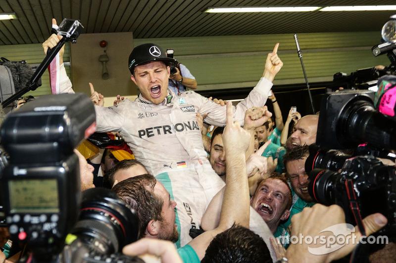 Nico Rosberg, Mercedes AMG Petronas F1 W07 festeggia il suo Titolo Mondiale con il team