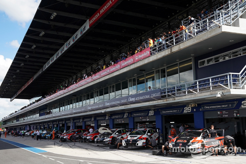 Cars at the pitlane