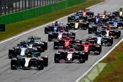 Lewis Hamilton, Mercedes AMG F1 W08, Esteban Ocon, Sahara Force India F1 VJM10, at the start of the race