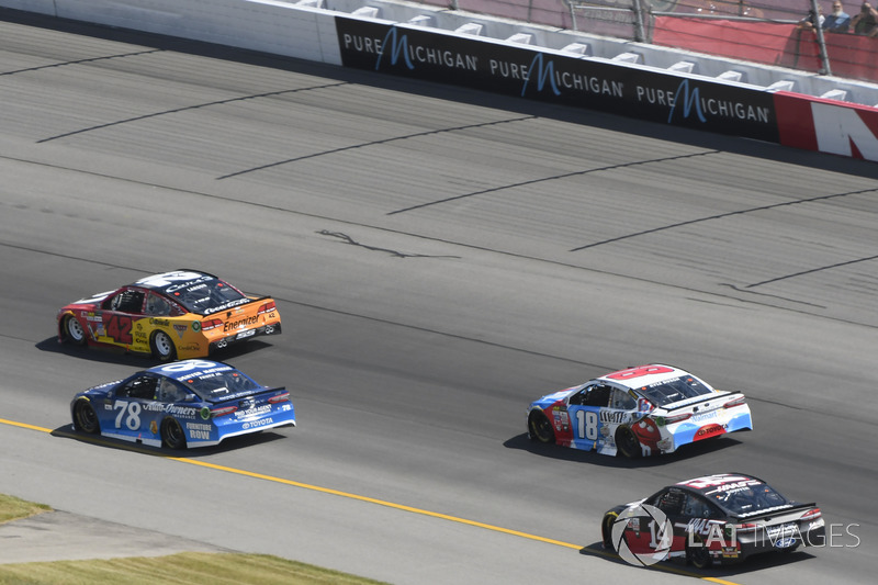 Kyle Larson, Chip Ganassi Racing Chevrolet, Martin Truex Jr., Furniture Row Racing Toyota, Kyle Busch, Joe Gibbs Racing Toyota, Clint Bowyer, Stewart-Haas Racing Ford