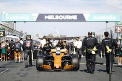 Fernando Alonso, McLaren MCL32, arrive sur la grille
