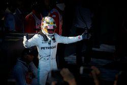 Lewis Hamilton, Mercedes AMG, deuxième, fête son podium dans le Parc Fermé