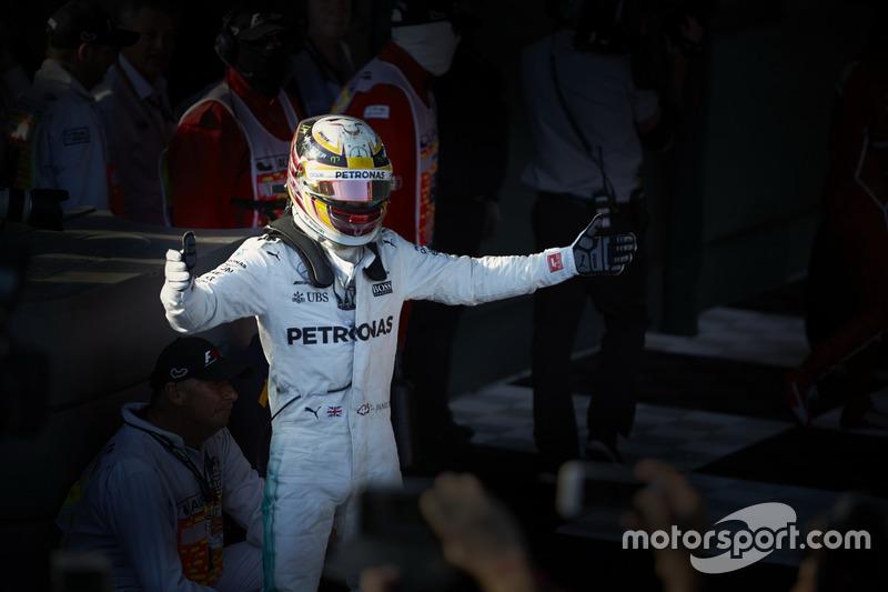 Lewis Hamilton, Mercedes AMG, 2° classificato, festeggia nel Parco Chiuso