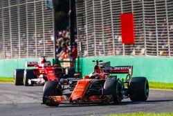 Стоффель Вандорн, McLaren MCL32, и Себастьян Фетттель, Ferrari SF70H