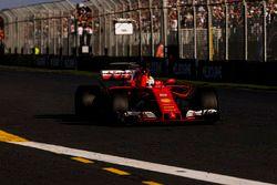 Sebastian Vettel, Ferrari SF70H, prende la bandiera a scacchi e la vittoria