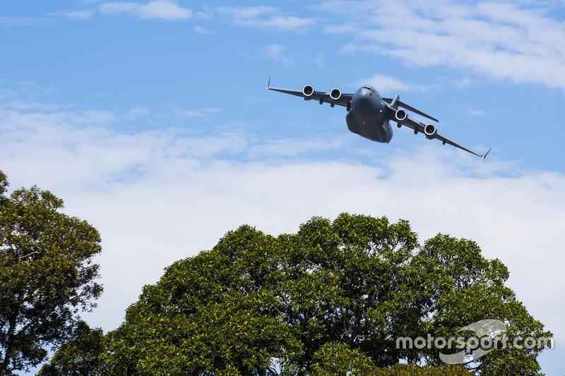 Un C-17A Globemaster III della RAAF vola sopra la folla