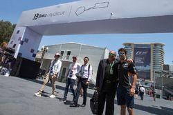 Гонщик Sahara Force India F1 Серхио Перес и его отец Антонио