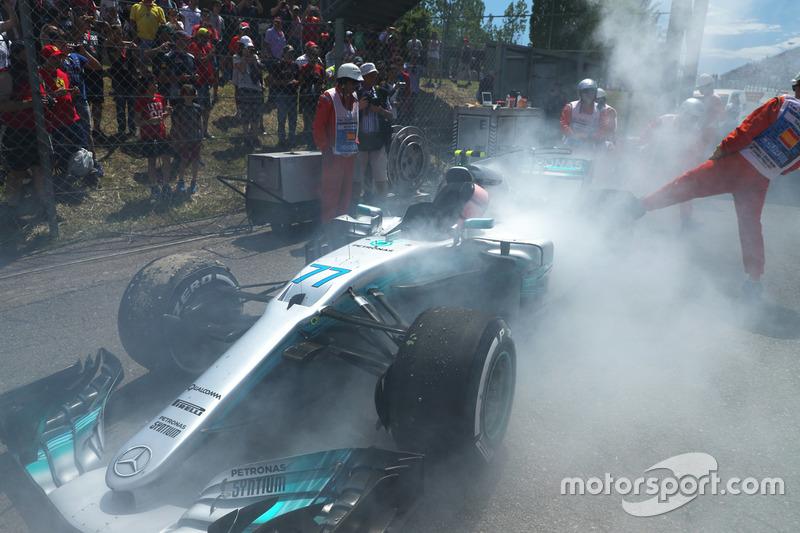 The smoking car of race retiree Valtteri Bottas, Mercedes-AMG F1 W08
