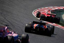 Sebastian Vettel, Ferrari SF70H, Fernando Alonso, McLaren MCL32, Sergio Perez, Sahara Force India F1