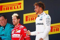 Podium: segundo, Sebastian Vettel, Ferrari, ganador, Lewis Hamilton, Mercedes AMG F1