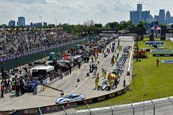 La voiture de sécurité et Graham Rahal, Rahal Letterman Lanigan Racing Honda dans la voie des stands pendant le drapeau rouge