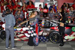 Yarış galibi Austin Dillon, Richard Childress Racing Chevrolet ve nişanlısı Whitney Ward