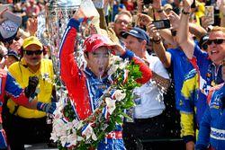 Takuma Sato, Andretti Autosport Honda celebra su triunfo en Victory Lane con leche