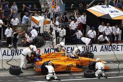 Fernando Alonso, McLaren-Honda-Andretti Honda, au stand