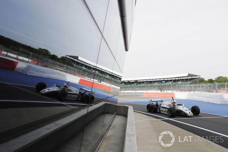 Martin Brundle teste la FW08 à six roues