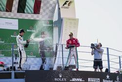 المنصة: المركز الثاني سيرجيو سيتي كامارا، ام.بي موتورسبورت، الفائز بالسباق لوكا غيوتو، راشن تايم، ال