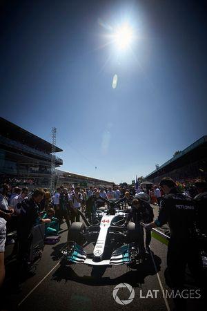 Автомобиль Mercedes AMG F1 W08 Льюиса Хэмилтона перед стартом