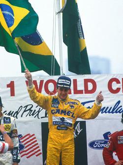 Podio: ganador de la carrera Ayrton Senna, Team Lotus