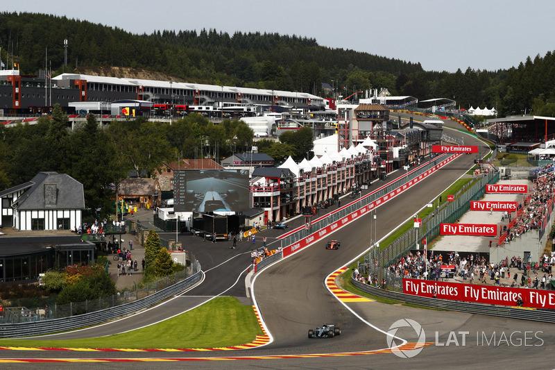 Valtteri Bottas, Mercedes AMG F1 W08, solleva scintille davanti a Stoffel Vandoorne, McLaren MCL32
