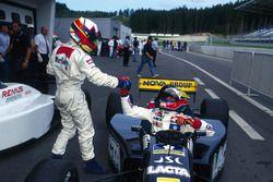 Il vincitore della gara Juan Pablo Montoya, RSM Marko si congratula con il secondo classificato Rica