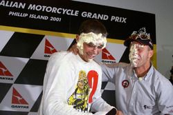 Rossi celebra su primer título de MotoGP