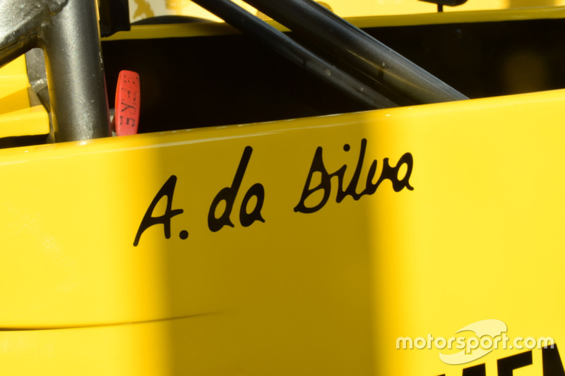 Schriftzug mit Ayrton Sennas Geburtsnamen am Formel-Ford-2000-Auto von Ayrton Senna aus der Saison 1
