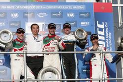 Podium: Race winnaar Tiago Monteiro, Honda Racing Team JAS, Honda Civic WTCC, tweede plaats Norbert