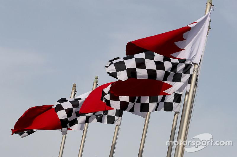 Flaggen: Bahrain und karierte Zielflagge