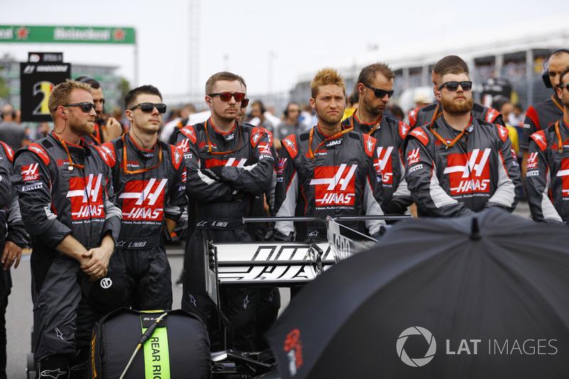 Los miembros del equipo Haas F1 Team durante el minuto de silencio