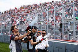 Romain Grosjean, Haas F1 Team y Esteban Ocon, Force India reparten T-shirts a los fans