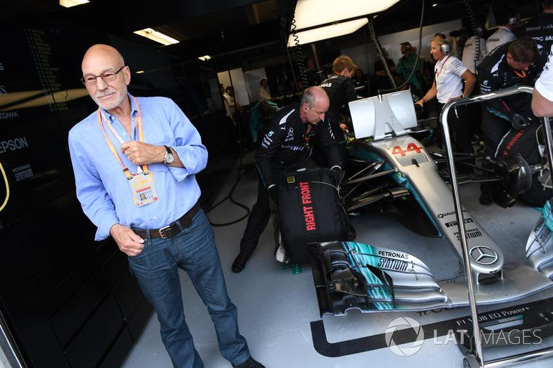 Патрик Стюарт в гараже Mercedes AMG F1