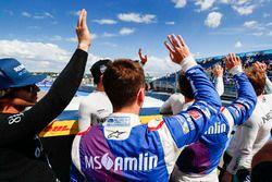 Los pilotos saludan a los fans durante el desfile de pilotos