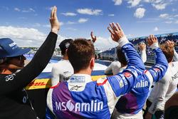 I piloti salutano i tifosi durante la drivers parade