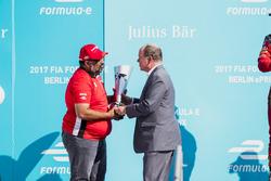 Dilbagh Gill riceve il suo trofeo sul podio