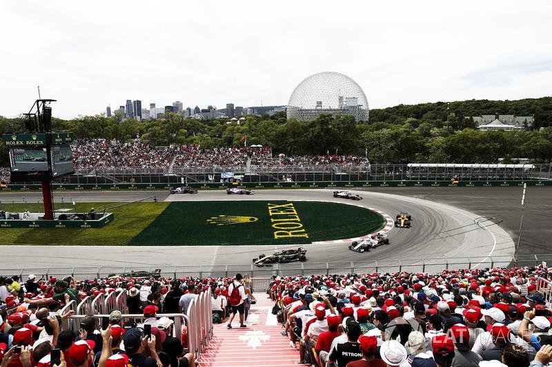 Carlos Sainz Jr., Renault Sport F1 Team R.S. 18, leads Charles Leclerc, Sauber C37, and Fernando Alo
