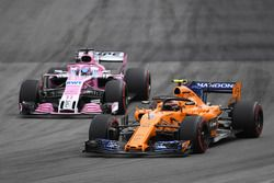 Stoffel Vandoorne, McLaren MCL33 y Sergio Perez, Force India VJM11