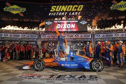 Scott Dixon, Chip Ganassi Racing Honda viert in victory lane