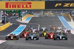 Lewis Hamilton, Mercedes AMG F1 W09, leads Valtteri Bottas, Mercedes AMG F1 W09, Sebastian Vettel, Ferrari SF71H, Max Verstappen, Red Bull Racing RB14, Daniel Ricciardo, Red Bull Racing RB14, al inicio