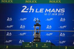 Il trofeo della 24 Ore di Le Mans sul podio