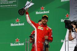 Sebastian Vettel, Ferrari fête sa victoire sur le podium avec le trophée