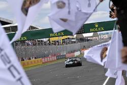 #77 Proton Competition Porsche 911 RSR: Christian Ried, Julien Andlauer, Matt Campbell, festeggiano la vittoria