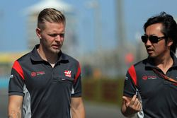 Kevin Magnussen, Haas F1, avec Ayao Komatsu, ingénieur Haas F1