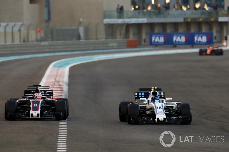Romain Grosjean, Haas F1 Team VF-17 va amplio tratando de superar a Lance Stroll, Williams FW40