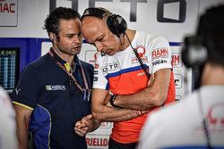 Un technicien Michelin avec Daniele Romagnoli, Pramac Racing