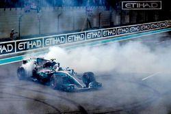 Winnaar Valtteri Bottas, Mercedes-Benz F1 W08 doet donuts