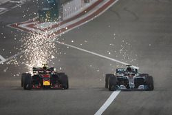 Volano scintille mentre Max Verstappen, Red Bull Racing RB14 Tag Heuer, lotta con Lewis Hamilton, Mercedes AMG F1 W09