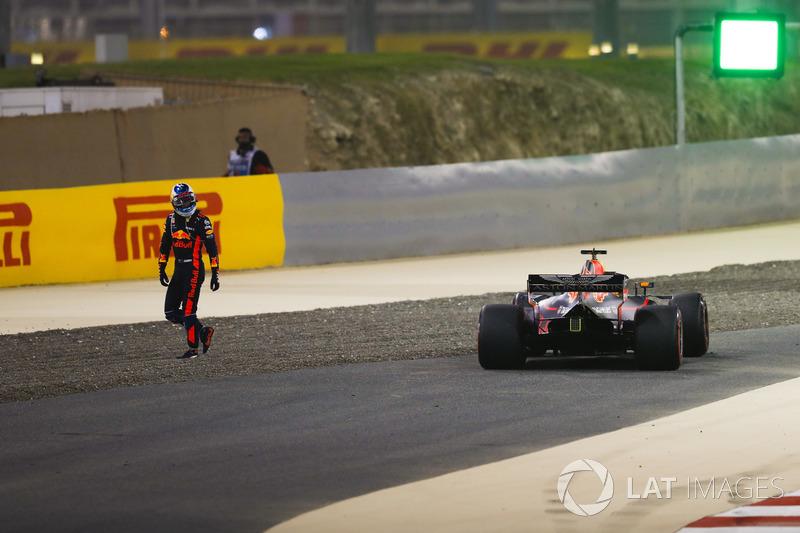 Daniel Ricciardo, Red Bull Racing RB14 Tag Heuer, se ne va dalla sua monoposto dopo essersi ritirato per problemi tecnici