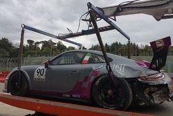 La Porsche 911 GT3 di Nicola Michelon / Fabio Nalucci / Luca Lorenzini, Shade Motorsport viene riportata ai box dopo l'incidente